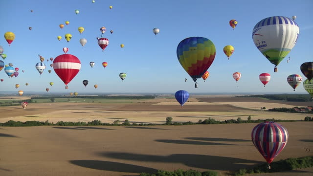 vídeos y material grabado en eventos de stock de aerial ws vast array of vibrant colored hot air balloons taking off / alsace - lorraine, france - globo aerostático