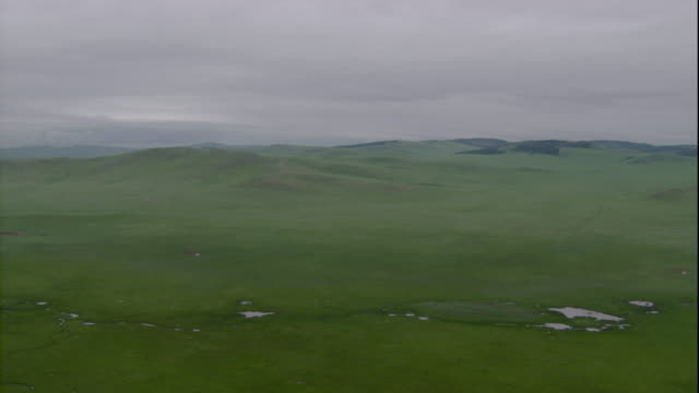 vast grasslands cover the steppes in mongolia. available in hd. - mongolei stock-videos und b-roll-filmmaterial