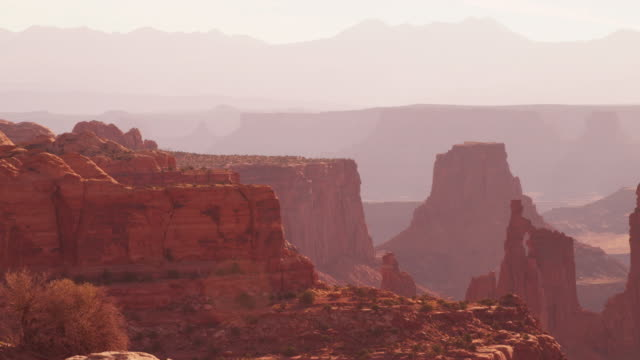 vast mountain landscape in arches national park, pan right - moab utah stock-videos und b-roll-filmmaterial