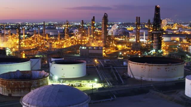 vídeos de stock e filmes b-roll de vast oil refinery on hazy twilight - aerial view - wilmington cidade de los angeles