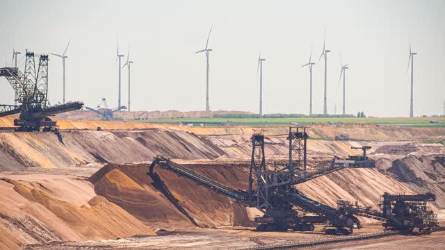 広大なオープンカット鉱山 - ダンプカー点の映像素材/bロール