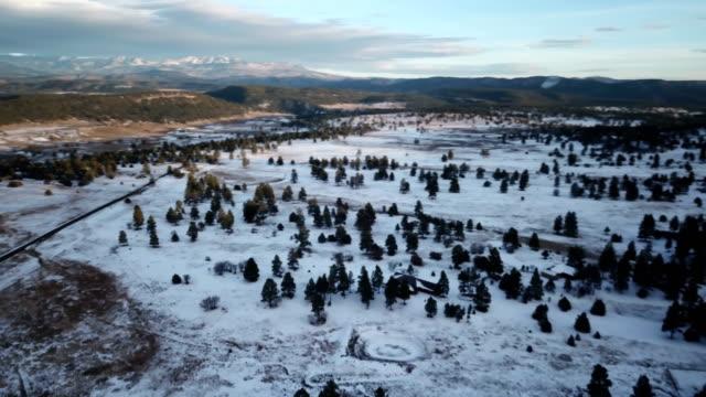 vídeos de stock, filmes e b-roll de vastas planícies abaixo drone coberto de neve do inverno - pairando