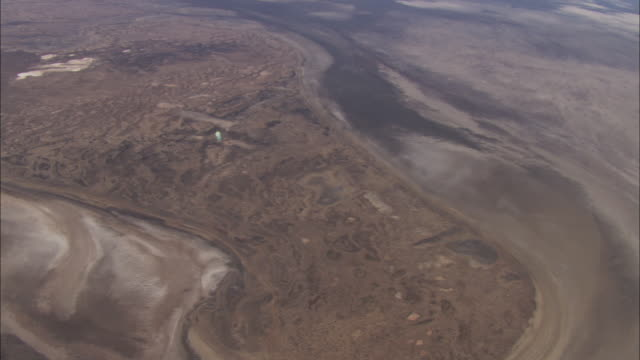 vídeos de stock, filmes e b-roll de vast, rolling hills and deserts surround lake eyre in australia. - liso