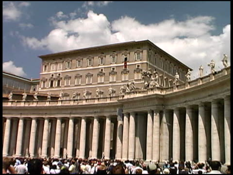 stockvideo's en b-roll-footage met vatican city: push into pope at window - sint pietersplein