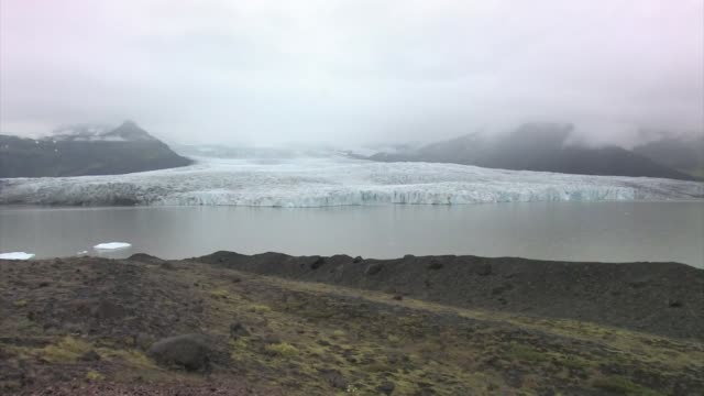 vatnajokull glacier flowing into jokulsarlon lake. - jokulsarlon stock-videos und b-roll-filmmaterial