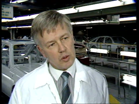 vídeos y material grabado en eventos de stock de vauxhall car factory; itn england: bedfordshire: luton: int cms side men working on assembly line pull out cars on production line with doors open... - sparks