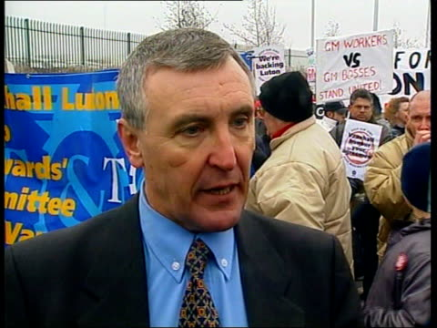 stockvideo's en b-roll-footage met vauxhall luton closure threat: workers rally; itn england: luton ext tgv sea of banners and placards as workers towards on demonstration against job... - plant stage