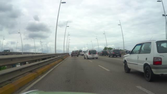 vídeo de um carro atravessando a ponte de florianópolis em direção ao sul do estado - ponte stock videos & royalty-free footage