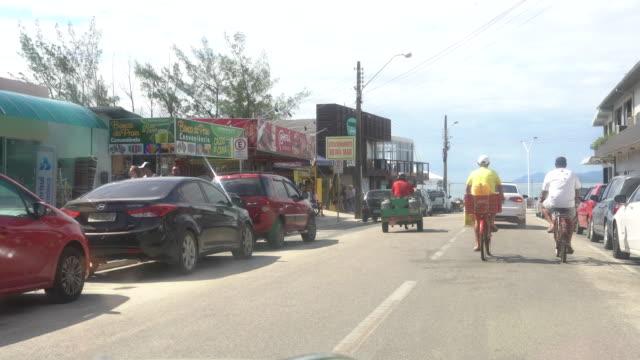 vídeos de stock, filmes e b-roll de vídeo de um carro chegando em garopaba, santa catarina - perspectiva do passageiro