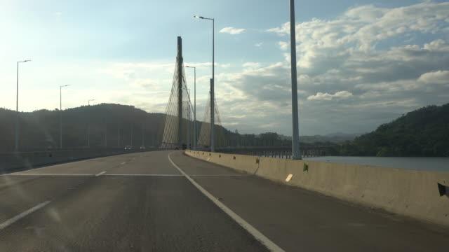 vídeo de um carro chegando em laguna pela br-101 e passando pela ponte anita garibaldi - ponte stock videos & royalty-free footage
