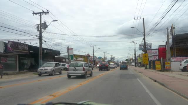 vídeo de um carro numa avenida movimentada de uma cidade - cidade stock videos & royalty-free footage