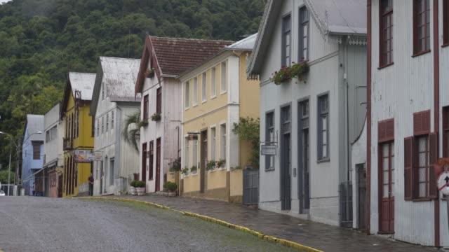 vídeo de uma rua tradicional no centro histórico de antônio prado, rio grande do sul - リオグランデドスル州点の映像素材/bロール