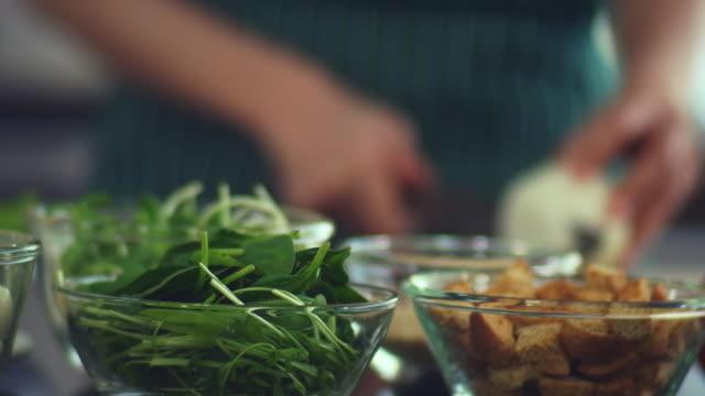 vídeos y material grabado en eventos de stock de comida vegana - brazo humano