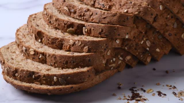 stockvideo's en b-roll-footage met veganistisch biologisch 21 korrels en zaden gesneden brood - volkorentarwe