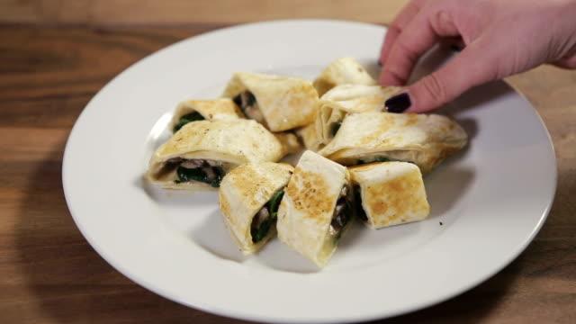 cucina vegana torta su un piatto - aperitivo video stock e b–roll
