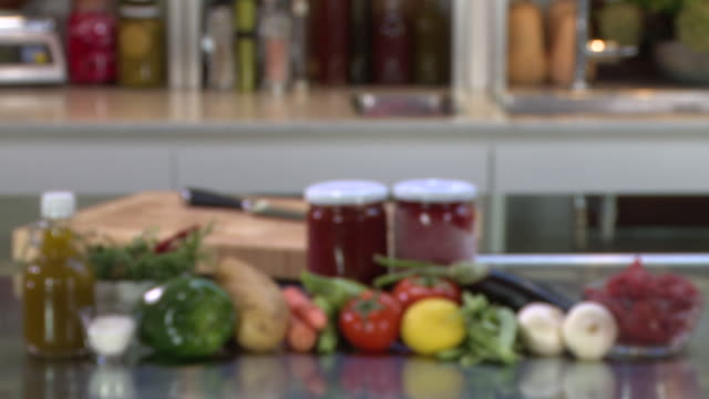 stockvideo's en b-roll-footage met vegetable and meat stew ingredients. rack-focus on olive oil, bell peppers, potato, carrots, zucchini, tomatoes, aubergine, beans, garlic and meat. - sperzieboon