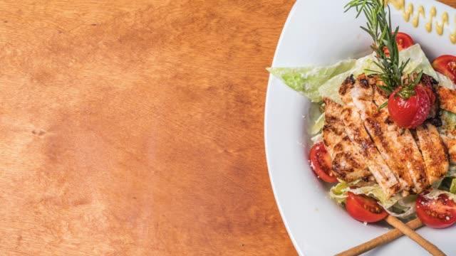 vídeos y material grabado en eventos de stock de ensalada césar con pollo asado - vegetal con hoja