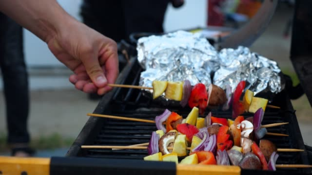 cu vegetable kabobs cooking on barbecue - gegrillt stock-videos und b-roll-filmmaterial