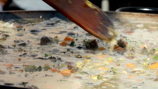 フェアで行われた野菜のパエリア - パエリヤ点の映像素材/bロール