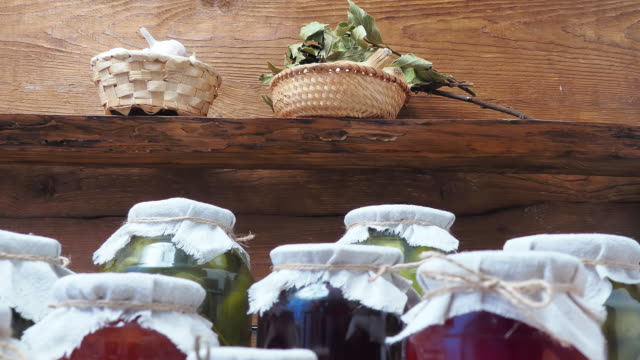 Gemüsekonserven in Speisekammer