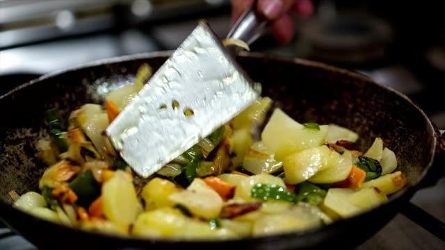 野菜の揚げパンのラグーがでます。主婦を刺激します。 - 調理用へら類点の映像素材/bロール