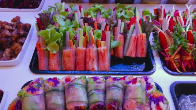 stockvideo's en b-roll-footage met plantaardige roll in super markt - vitamine c