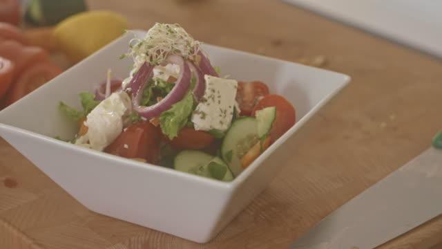 Gemüsesalat auf Platte auf dem Küchentisch
