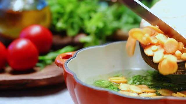 vidéos et rushes de cuisson de la soupe aux légume - bol à soupe
