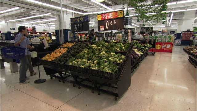 ws pan vegetable stall in supermarket, beijing, china - 生鮮食品コーナー点の映像素材/bロール