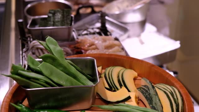 野菜な天ぷら、東京、日本 - カボチャ点の映像素材/bロール