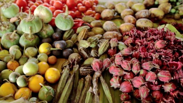 Verdure e delle erbe che vengono venduti al bazar.