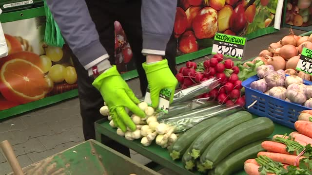 vegetables at the market - garlic stock videos & royalty-free footage