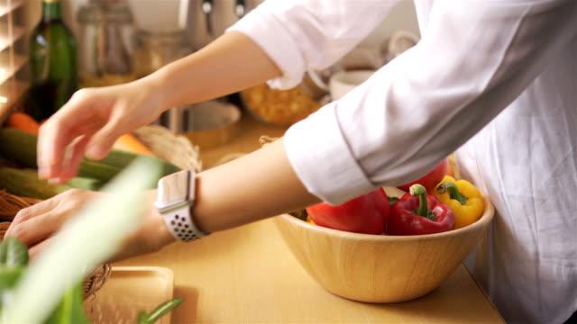 vídeos de stock, filmes e b-roll de vegetais na cozinha da tabela em casa - variação