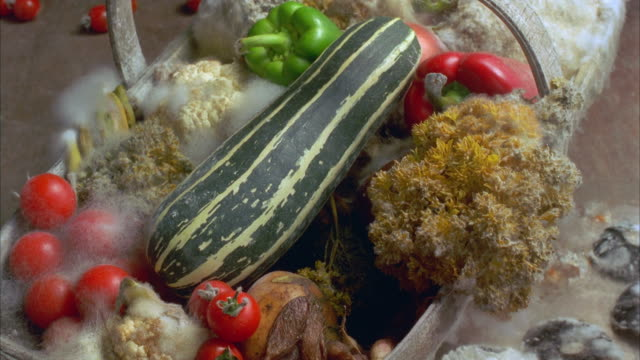 vidéos et rushes de t/l, cu, vegetables rotting in wooden basket - aliments et boissons