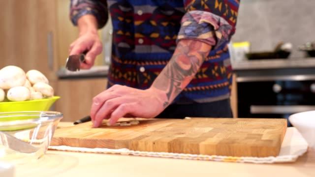 vegetarier-mann bereitet sein mittagessen vor - messer stock-videos und b-roll-filmmaterial