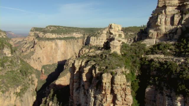vídeos de stock e filmes b-roll de vegetation covers a plateau above desert cliffs. - chaminé de fada