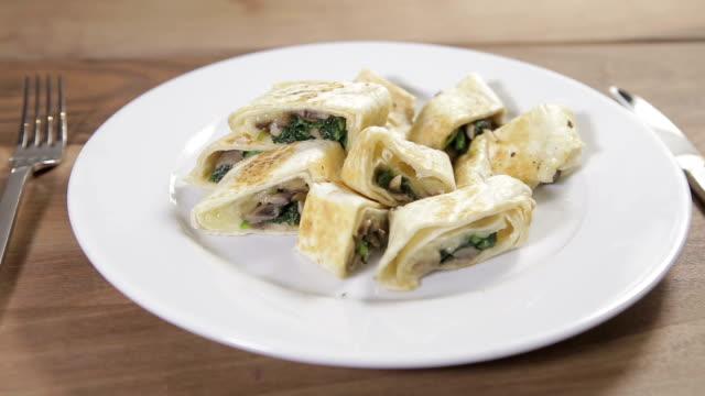 vegetariani torta su un piatto - aperitivo video stock e b–roll