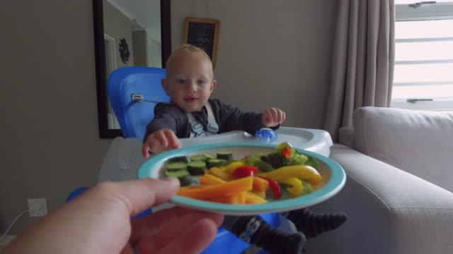 veggie time - endast en pojkbaby bildbanksvideor och videomaterial från bakom kulisserna