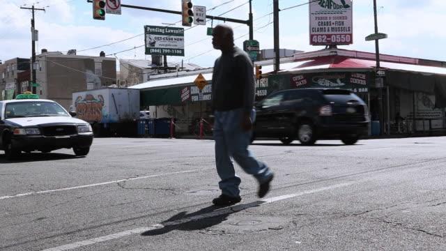ws vehicle and pedestrian traffic along 9th street intersection during rush hour / philadelphia, pennsylvania, united states - 2000 2010 stil bildbanksvideor och videomaterial från bakom kulisserna
