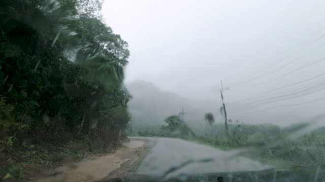 vídeos de stock e filmes b-roll de vehicle breakdown at roadside in torrential rain first person point of view - para brisas