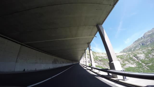 POV Fahrzeug fahren Sie auf der mountain road
