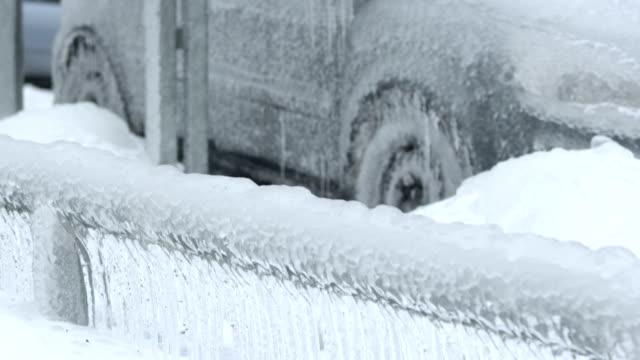 vídeos de stock, filmes e b-roll de veículo totalmente encapsulated em molho de gelo - chuva congelada