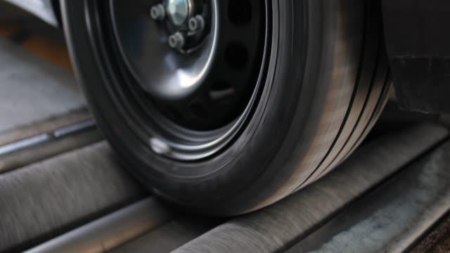 vehicle inspection, brake test - laboratorio riparazioni video stock e b–roll
