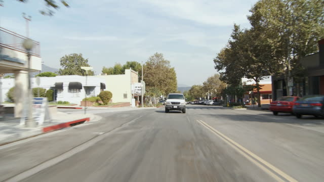 vídeos de stock, filmes e b-roll de ws pov vehicle moving in commercial district / sierra madre, california, usa  - sierra madre