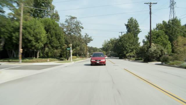 ws pov vehicle moving through suburban / pasadena, california, usa  - 乗物後部から見た視点点の映像素材/bロール