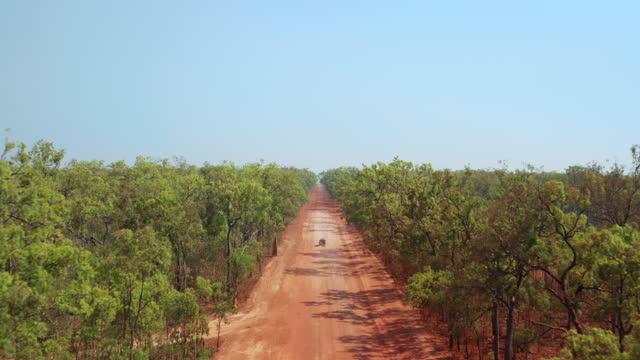 vídeos y material grabado en eventos de stock de a vehicle on a remote outback dirt road - calor