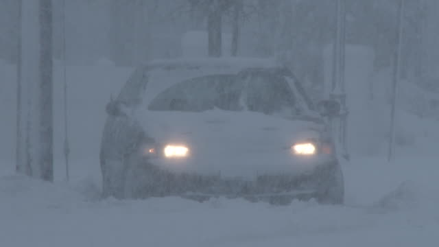 vidéos et rushes de vehicle stuck in deep snow during a blizzard, heavy snow, whiteout conditions - panne de voiture
