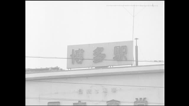 vídeos y material grabado en eventos de stock de vehicles and pedestrians bustle in front of hakata station. - fukuoka prefecture