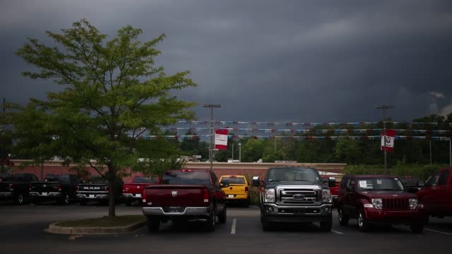 stockvideo's en b-roll-footage met vehicles are displayed for sale at the shelbyville chrysler dodge jeep ram car dealership in shelbyville kentucky us on saturday july 30 2016 shots... - chrysler
