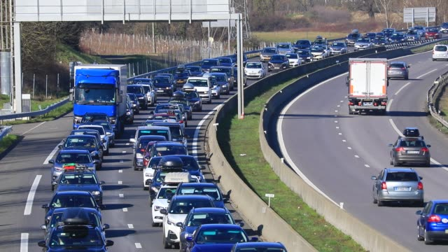 vídeos y material grabado en eventos de stock de vehicles arrive at the chignin tollgate near chambery on the a43 highway, leading to the french alps ski resorts on february 22, 2020 in les marches,... - vacaciones en la nieve